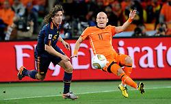 11-07-2010 VOETBAL: FIFA WK FINALE NEDERLAND - SPANJE: JOHANNESBURG<br /> Arjen Robben (Olanda) en Carles Puyol (Spain)<br /> EXPA Pictures © 2010 EXPA/ InsideFoto/ Perottino - ©2010-WWW.FOTOHOOGENDOORN.NL<br /> *** ATTENTION *** FOR NETHERLANDS USE ONLY!