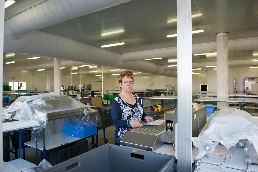 Martine 56 ans, dans l'usine de Sodimédical. Elle a 16 ans d'ancienneté dans l'usine. Elle soudait des champs opératoires. Depuis quatre mois les ouvrières de Sodimédical, à Plancy l'Abbaye (10) pointent tous les matins à 7h15 mais à la fin du mois aucun salaire ne tombe. En 2010 le groupe Lohmann & Rauscher a annoncé la fermeture de cette usine de matériel médical et le licenciement de ses 54 salariés pour délocaliser l'activité en Chine. Malgré plusieurs décisions de justice qui ont invalidé les plans sociaux , le groupe ne confie plus de travail aux ouvrières. Sans travail mais aussi sans chômage, les ouvriers sont chaque jour 8 heures à l'usine, tricotant, jouant aux cartes ou marchant en rond dans le parking, en attendant une décision.