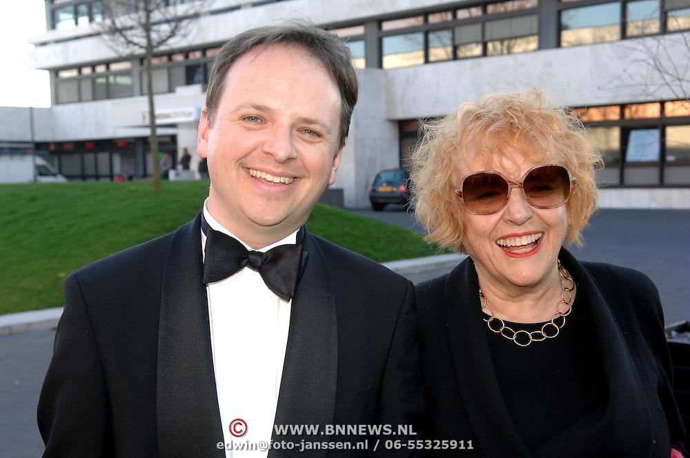 NLD/Hilversum/20070312 - Inloop verjaardagsfeest Joop van den Ende 65 jaar, Marjan Berk en ......