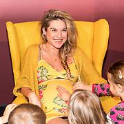NLD/Amsterdam/20171114 - Bn-ers schrijven Sinterklaasboeken, Lauren Verster met zwangere buik