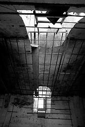 Ormai in'utilizzato, abbandonato, il vecchio cinema Massimo di Lizzano (Ta). Quello che si vede in questa foto è ciò che ne rimane del tetto della sala principale del cinema dove venivano proiettati i film. Si può ancora intravedere la struttura in legno dove erano fissati i pannelli per insonorizzare la sala.