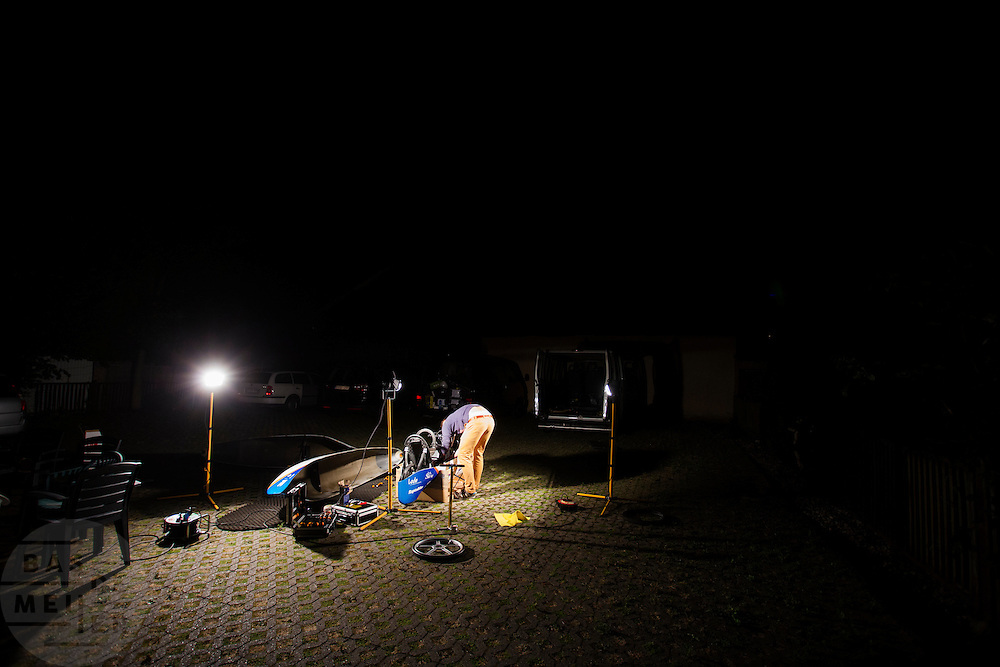 Midden in de nacht sleutelt het team aan de VeloX. Het Human Power Team Delft en Amsterdam (HPT), dat bestaat uit studenten van de TU Delft en de VU Amsterdam, is in Senftenberg voor een poging het laagland sprintrecord te verbreken op de Dekrabaan. In september wil het HPT daarna een poging doen het wereldrecord snelfietsen te verbreken, dat nu op 133 km/h staat tijdens de World Human Powered Speed Challenge.<br /> <br /> With the special recumbent bike the Human Power Team Delft and Amsterdam, consisting of students of the TU Delft and the VU Amsterdam, is in Senftenberg (Germany) for the attempt to set a new lowland sprint record on a bicycle. They also wants to set a new world record cycling in September at the World Human Powered Speed Challenge. The current speed record is 133 km/h.