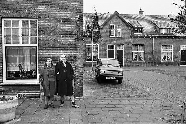 Nederland, Nijmegen, 10-10-1980Serie beelden over het wonen en sociale woningbouw in verschillende wijken van de stad. In het Waterkwartier. Twee vrouwen poseren met plezier voor de fotograaf.In het kader van stadsvernieuwing en renovatie van buurten gemaakt.FOTO: FLIP FRANSSEN/ HH