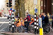 Leerlingen wachten keurig voor het rode licht. In Utrecht zijn leerlingen van een basisschool bezig met de praktijk van het verkeersexamen. Het examen is onderdeel van de verkeerseducatie voor basisschoolleerlingen. Tijdens de verkeerslessen worden de jongeren de regels van het verkeer bijgebracht en getoetst. Daardoor zijn de kinderen beter voorbereid op verkeersdeelname, met name met de fiets.<br /> <br /> In Utrecht pupils of an elementary school engaged in the practice of traffic exam. The exam is part of the road safety education for elementary school students. During the traffic classes, pupils are taught the rules of traffic and tested. As a result, the children are better prepared for driving in traffic, especially with the bicycle.