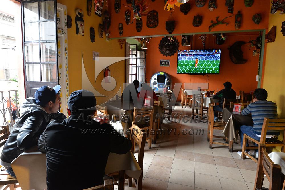 Toluca, México.- (Junio 17, 2018).- Algunas personas siguieron la transmisión en vivo del partido de México ante Alemania en el Mundial de Rusia 2018 en lugares como bares, restaurantes, el Teatro Morelos y algunas tiendas que colocaron pantallas. Agencia MVT / Crisanta Espinosa.
