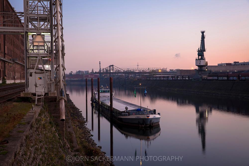 loading station at the Ellmill in the Rhine harbor in the district Deutz, cargo vessel, Cologne, Germany.<br /> <br /> Verladestation an der Ellmuehle im Deutzer Hafen, Frachtschiff, Koeln, Deutschland.