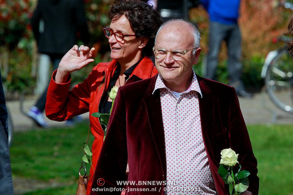 NLD/Huizen/20110402 - Uitvaart Floor van der Wal, Lenette van Dongen en partner Jacques Klöters