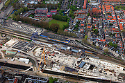 Nederland, Zuid-Holland, Delft, 09-05-2013; Spoorzone Delft, werkzaamheden aan de spoortunnel, omgeving station. Omdat het bestaande spoorviaduct met slechts twee sporen een flessenhals vorm wordt dit vervangen door een spoortunnel. Verder komt er een ondergronds station, onder het nieuwe stadskantoor..Spoorzone Delft. Because the existing railway viaduct - through the historical inner city - has only two tracks it is a bottleneck. A new underground railway tunnel is being build, it will include an underground station, under the new city hall..luchtfoto (toeslag op standard tarieven).aerial photo (additional fee required).copyright foto/photo Siebe Swart