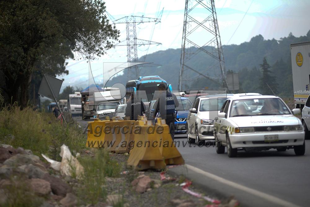 Ocoyoacac, México (Octubre 31, 2016).- Cuatro cadáveres fueron localizados en el kilómetro 38 de la carretera Toluca-México, en el paraje de La Marquesa, Policías Federales resguardaron el lugar mientras el Servicio Forense realizaba las diligencias pertinentes.  Agencia MVT / Crisanta Espinosa