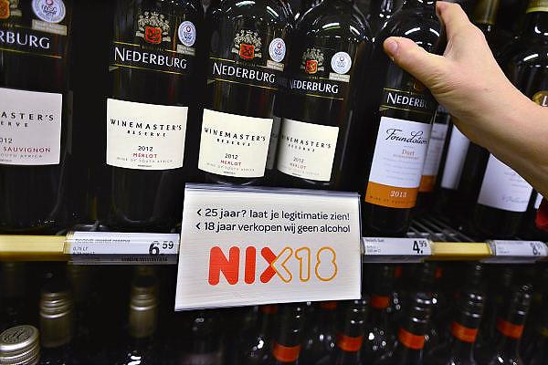 Nederland, Malden, 8-3-2014Bij de supermarkt van Albert Heijn hangen waarschuwingsbordjes dat je oner de 18 jaar geen alkohol mag kopen.Foto: Flip Franssen