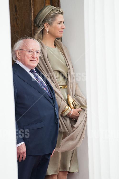 Koningin Maxima en president Michael Higgins tijdens de Welkomstceremonie en het ontvangst in het Presidentieel Paleis Aras an Uachtarain in Dublin, op dag 1 van het 3-daags staatsbezoek van het Nederlands Koningspaar aan Ierland.