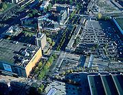 Nederland, Utrecht, Jaarbeursplein, 17-10-2003; luchtfoto (25% toeslag); Jaarbeursgebouw (oranje, met reklame voor de Abba musical Mama Mia ), rechts hiervan de tentoonstellingshallen van de Jaarbeurs (met parkeerterrein); diagonaal naar boven de Croeselaan met het hoofdkantoor van de RABObank (zie ook andere luchtfoto's).Foto Siebe Swart