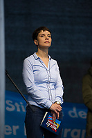 DEU, Deutschland, Germany, Berlin, 07.11.2015: Dr. Frauke Petry, Landes- und Fraktionsvorsitzende der AfD in Sachsen, vor ihrer Rede bei der Abschlusskundgebung nach der Demonstration der Partei Alternative für Deutschland (AfD) gegen die Flüchtlingspolitik der Bundesregierung. Motto: Asyl braucht Grenzen, Rote Karte für Merkel.
