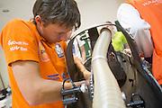 Technici lopen de VeloX4 na na de valpartij van Christien Veelenturf. Het Human Power Team Delft en Amsterdam (HPT), dat bestaat uit studenten van de TU Delft en de VU Amsterdam, is in Amerika om te proberen het record snelfietsen te verbreken. Momenteel zijn zij recordhouder, in 2013 reed Sebastiaan Bowier 133,78 km/h in de VeloX3. In Battle Mountain (Nevada) wordt ieder jaar de World Human Powered Speed Challenge gehouden. Tijdens deze wedstrijd wordt geprobeerd zo hard mogelijk te fietsen op pure menskracht. Ze halen snelheden tot 133 km/h. De deelnemers bestaan zowel uit teams van universiteiten als uit hobbyisten. Met de gestroomlijnde fietsen willen ze laten zien wat mogelijk is met menskracht. De speciale ligfietsen kunnen gezien worden als de Formule 1 van het fietsen. De kennis die wordt opgedaan wordt ook gebruikt om duurzaam vervoer verder te ontwikkelen.<br /> <br /> Engineers check the VeloX4 after Christien Veelenturf has crashed. The Human Power Team Delft and Amsterdam, a team by students of the TU Delft and the VU Amsterdam, is in America to set a new  world record speed cycling. I 2013 the team broke the record, Sebastiaan Bowier rode 133,78 km/h (83,13 mph) with the VeloX3. In Battle Mountain (Nevada) each year the World Human Powered Speed Challenge is held. During this race they try to ride on pure manpower as hard as possible. Speeds up to 133 km/h are reached. The participants consist of both teams from universities and from hobbyists. With the sleek bikes they want to show what is possible with human power. The special recumbent bicycles can be seen as the Formula 1 of the bicycle. The knowledge gained is also used to develop sustainable transport.