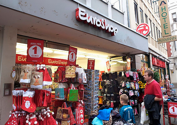 Duitsland, Trier, 21-10-2013Stad in de Eifel met rijke romeinse geschiedenis. Een euroshop, winkel waar alles een euro kost. goedkoop,arm,arme,consumenten,winkel,economie,bestedingen,besteden,economische,Foto: Flip Franssen/Hollandse Hoogte