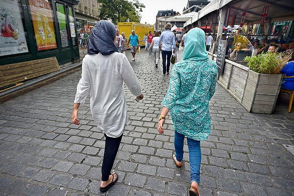Nederland, Nijmegen, 12-7-2014Twee meisjes, meiden, met hoofddoekjes op lopen over de markt in het centrum van de stad.FOTO: FLIP FRANSSEN/ HOLLANDSE HOOGTE
