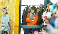 LEIPZIG -   Ouders van Daphne en Denise Admiraal  moeten door de grote drukte in de kleine hal de wedstrijd door glas bekijken  tijdens de wedstrijd tussen de vrouwen van Nederland en Polen (6-3) bij het WK Zaalhockey . COPYRIGHT KOEN SUYK