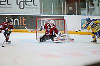 Ishockey , Get-Ligaen<br /> 25.02.14<br /> Hamar OL-Amfi<br /> Storhamar v Lillehammer<br /> Foto : Dagfinn Limoseth , Digitalsport<br /> Joe Fallon , Lillehammer og Lars Erik Hesbråten, Storhamar.