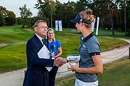 01-09-2016 Golffoto's van het Nationaal Open op de Hilversumsche Golf Club in Hilversum. finale.  Anne van Dam ontvangt tweede prijs van Willem Zelsmann