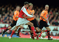 Robin Van Persie (Arsenal) Phil Jagielka (Sheff). Arsenal v Sheffield United. FA Cup 5th rd. 19/2/2005. Credit : Colorsport/Andrew Cowie.