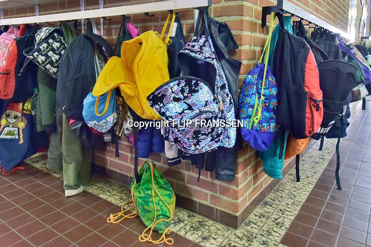 Nederland, Oss, 23-5-2019In een basisschool hangen jassen en tassen van leerlingen. kapstok, schooltassen,Foto: Flip Franssen