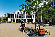Consumenten lopen over het Brusselplein langs de bibliotheek annex wijkbureau in het winkelgebied Leidsche Rijn Centrum.<br /> <br /> Pedestrians walk at the Brusselplein along the library at shopping center Leidsche Rijn Centrum.