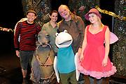 """Première familievoorstelling 'Mr Finney' in Theater Diligentia te Den Haag. De nieuwsgierige Mr Finney is gebaseerd op de bekende boekjes van Laurentien van Oranje en Sieb Posthuma. In de boeken stelt Mr Finney veel vragen over de wereld om zich heen en beleeft hij veel avonturen op zoek naar antwoorden.<br /> <br /> Premiere family show """"Mr. Finney 'Diligentia Theater in The Hague. The curious Mr. Finney is based on the famous books of Laurentien van Oranje and Sieb Posthuma. The book suggests Mr. Finney many questions about the world around him and he experiences many adventures looking for answers.<br /> <br /> Op de foto / On the photo: Cast Dick Feld , Eric-Jan Lens , Marie-Claire Witlox en Femke Hermans"""