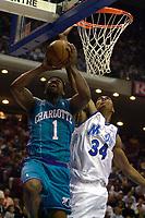 Basketball. NBA. 24.03.2002.<br /> Orlando Magic mot Charlotte Hornets<br /> Baron Davis forsøker å score, mens Steven Hunter forsøker å stoppe ham.<br /> Foto: Jasper Ruhe, Digitalsport