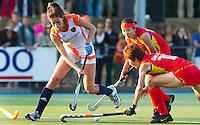 ALKMAAR - Naomi van As (L) passeert de Chinese Lihao Gao dinsdag tijdens het vierlandentoernooi Rabo Trophy 2010 hockey in Alkmaar  tussen Nederland en China (3-2).