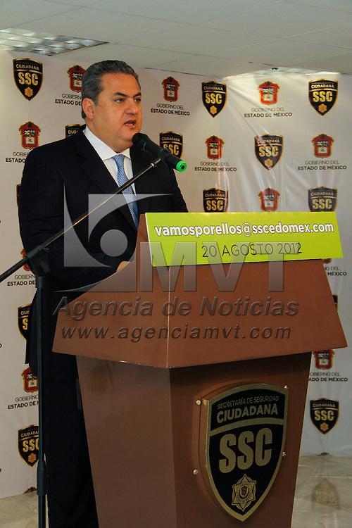 """Touca, México.- José Salvador Neme Sastré, Secretario de Seguridad Ciudadana informo sobre la detención de 6 personas pertenecientes al  grupo criminal de la Familia Michoacana, entre ellos se encuentra el lugarteniente de """"El Pantera"""", también les fueron asegurados 150 dosis de cocaína. Agencia MVT / Crisanta Espinosa"""