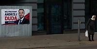 Bielsk Podlaski, 16.04.2020. N/z ludzie w centrum Bielska Podlaskiego pierwszego dnia obowiazkowego noszenia maseczek ochronnych przed koronawirusem. W tle plakat wyborczy Andrzeja Dudy, urzedujacego prezydenta RP i kandydata PiS w majowych wyborach prezydenckich 2020 fot Michal Kosc / AGENCJA WSCHOD