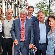NLD/Amsterdam/20170823 - Premiere Grootste Zwanenmeer ter wereld, Carel Kraayenhof en partner Thirza Lourens, Willibrord Frequin en Aad Ouburg met partner Dorien Bey
