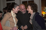 Tina Davis, Francesco Clemente and the Marchioness of Dufferin and Ava. Francesco Clemente private view. Anthony d'Offay . London. 1 March 2001. © Copyright Photograph by Dafydd Jones 66 Stockwell Park Rd. London SW9 0DA Tel 020 7733 0108 www.dafjones.com