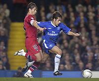 Fotball<br /> Foto: SBI/Digitalsport<br /> NORWAY ONLY<br /> <br /> Paris SG v Chelsea<br /> UEFA Champions League. Stamford Bridge, London. 24/11/2004.<br /> <br /> Joe Cole fends off the challenge of Lorik Cana.