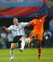 v.l. Esteban Cambiasso, Didier Zokora Elfenbeinkueste<br /> Fussball WM 2006 Argentinien - Elfenbeinkueste <br /> Argentina - Elfenbenskysten<br /> Norway only