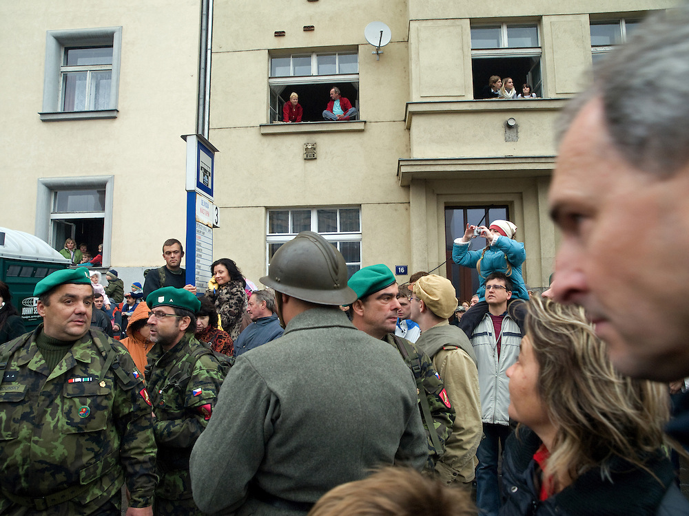 Am 28. Oktober, dem tschechischen Nationalfeiertag, fand in Prag anläßlich des 90. Jahrestages der Gründung der Tschechoslowakei im Jahr 1918 eine Militärparade in der Evropska Strasse im Stadtteil Dejvice statt. Zuschauer während der Parade. <br /> <br /> Prague witnessed its first major military parade since 1985 on Tuesday the 28th of October 2008, to mark the 90th anniversary of the creation of Czechoslovakia in 1918. Czechoslovakia weathered many storms before finally splitting into two countries in 1993, but the anniversary is still celebrated here in the Czech Republic, although not in Slovakia. The idea to hold a large-scale military parade attracted criticism in some quarters, but seems to have been positively received by the public.  Viewers during the parade.