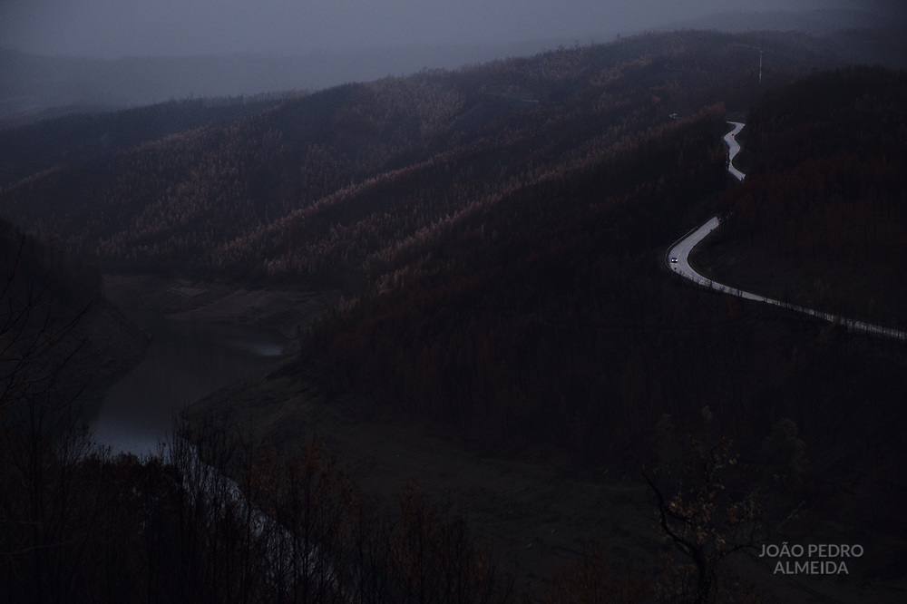 The basin of Zezere river, with the visible effects of the severe drought and the carbonized trees in its margins.