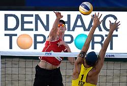 18-07-2014 NED: FIVB Grand Slam Beach Volleybal, Scheveningen<br /> Knock out fase - Robert Meeuwsen (2) NED, Pablo Herrera Allepuz (1) ESP