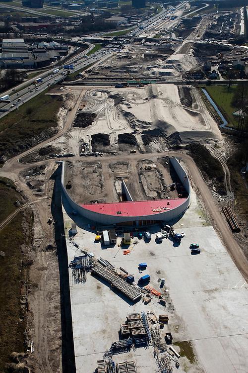 Nederland, Utrecht, Leidsche Rijn, 20-03-2009; aanleg landtunnel A2, ook wel overkluizing A2. Detail van de uitgang van de tunnel, gezien naar het zuiden..De bovengrondse tunnel wordt gebouwd om geluidsoverlast tegen te gaan. Ook verwacht men door aanleg van gebouwen en een park op het dak van de overkapping, de barrierewerking van de snelweg, gelegen tussen Leidsche Rijn en het centrum van Utrecht, tegen te gaan. Ook wordt de snelweg verlegd, verder af van het Amsterdam-Rijnkanaal, daardoor ontstaat ruimte voor een woonwijk op de plaats van de oude weg. Construction of a overground tunnel to reduce noise nuisance and overcome the psychological barrier of the motorway between this area en the centre of Utrecht..Swart collectie, luchtfoto (toeslag); Swart Collection, aerial photo (additional fee required); .foto Siebe Swart / photo Siebe Swart