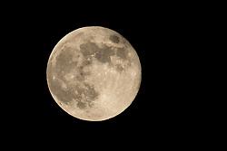 THEMENBILD - der Mai-Vollmond leuchtet am Nachthimmel. Gleichzeitig ist er auch der letzte Supermond des Jahres. Gleichzeitig ist er auch der letzte Supermond des Jahres., aufgenommen am 06. Mai 2020 in Kals am Grossglockner, Österreich // the May full moon shines in the night sky. It is also the last super moon of the year. It is also the last super moon of the year. May 06, 2020, Kals, Austria. EXPA Pictures © 2020, PhotoCredit: EXPA/ Johann Groder