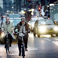 Nederland, Amsterdam , 10 november 2011..Verkeerschaos in de van Woustraat. .Fietsen en auto's rijden chaotisch door elkaar..Foto:Jean-Pierre Jans