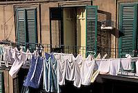 Italie. Sicile. Palerme. Linge et fenêtre // Local window. Palerme (palermo). Sicily. Italy.