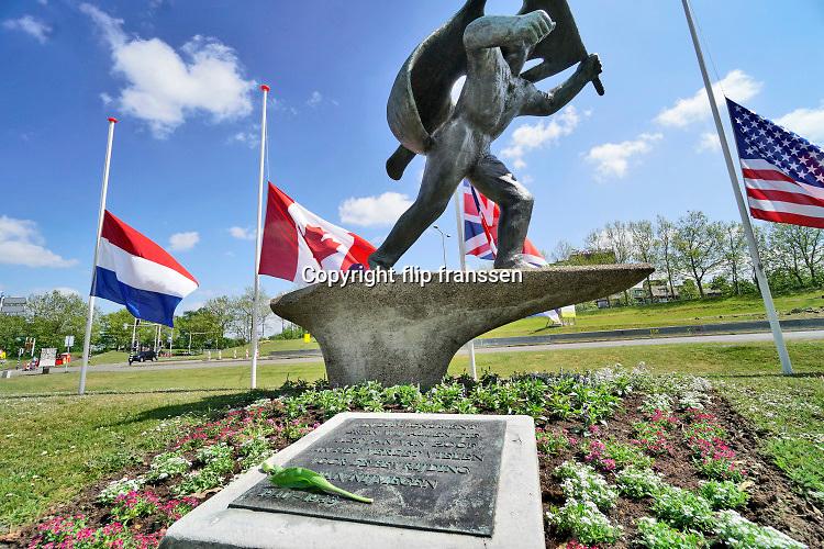 Nederland, Nijmegen, 4-5-2020  In Nijmegen vindt normaalgesproken de dodenherdenking plaats bij het monument, oorlogsmonument,herinneringsmonument, van verzetsheld Jan van Hoof die voorkwam dat de Waalbrug werd opgeblazen tijdens operatie Market Garden in september 1944 .Dit jaar gebeurt dat alleen door de burgemeester, zonder publiek, die een toespraak zal houden die online en via lokale omroep te volgen is . De vlaggen van de landen die nederland bevrijdden, engeland, polen, canada en de VS, hangen halfstok naast de nederlandse driekleur.Foto: Flip Franssen