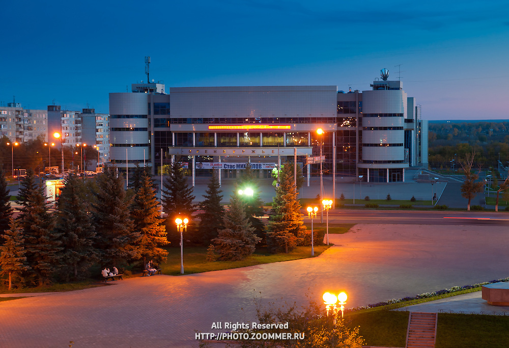 СКК Оренбуржье вечером в Оренбурге