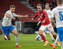 Christian Eriksen (Danmark) afslutter foran Hólmar Eyjólfsson (Island) under kampen i Nations League mellem Danmark og Island den 15. november 2020 i Parken, København (Foto: Claus Birch).