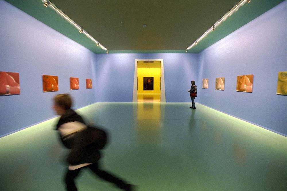 Groningen, juni 2000.Zaal van het Groninger Museum met hollend kind en  vrouw die rustig de schilderijen bekijkt. De museumzaal is helemaal blauw geschilderd, er hangen roodgekleurde werken aan de muur.  Moderne kunst...Foto (c) Michiel Wijnbergh/Hollandse Hoogte.
