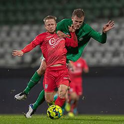 Mads Lauritsen (Viborg FF) hat fat i Jeppe Kjær (FC Helsingør) under kampen i 1. Division mellem Viborg FF og FC Helsingør den 30. oktober 2020 på Energi Viborg Arena (Foto: Claus Birch).