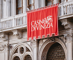 THEMENBILD - eine rote Fahne mit dem Logo des Casino von Venedig hängt an der Hausfassade des Casino, aufgenommen am 05. Oktober 2019 in Venedig, Italien // a red flag with the logo of the Casino of Venice hangs on the house facade of the Casino, in Venice, Italy on 2019/10/05. EXPA Pictures © 2019, PhotoCredit: EXPA/Stefanie Oberhauser