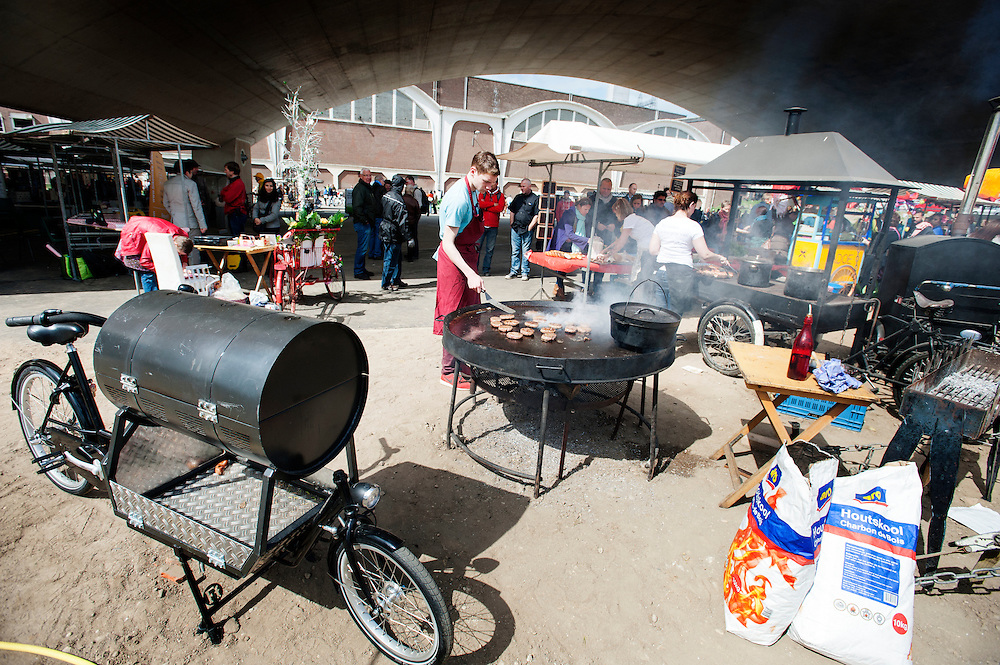 De catering gebeurt met de bakfiets. In Nijmegen vindt voor de derde keer het International Cargo Bike Festival plaats. Het tweedaags evenement richt zich op het gebruik en de gebruikers van bakfietsen. Bakfietsen worden in heel Europa steeds vaker ingezet, zowel door particulieren als bedrijven. Het is een duurzame vorm van transport en biedt veel voordelen.<br /> <br /> Catering by cargo bike. In Nijmegen for the third time the International Cargo Bike Festival is hold. The two-day event focuses on the use and users of cargobikes. Cargo bikes are increasingly being deployed across Europe, both individuals and businesses. It is a sustainable form of transport and offers many advantages.Nederland, Nijmegen, 13-04-2014