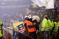 Fotball<br /> Tippeligaen<br /> Ullevål Stadion 11.11.12<br /> LSK supporter bæres ut , skadet av røyken<br /> Vålerenga VIF - Lillestrøm LSK<br /> Foto: Eirik Førde